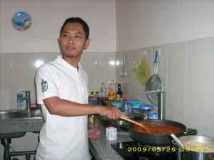 Mas Adi's stirring the sauce. (photo by Tarida)