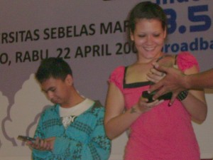 Radith n mba Mel dapet kenang2an dari UNS blogFest 0.9 (photo by Tarida)